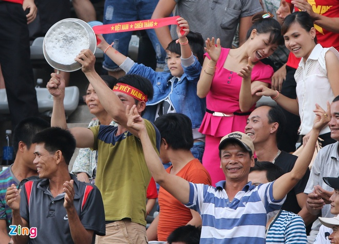 Nguoi Viet tai Lao tung bung co vu U19 Viet Nam hinh anh 5