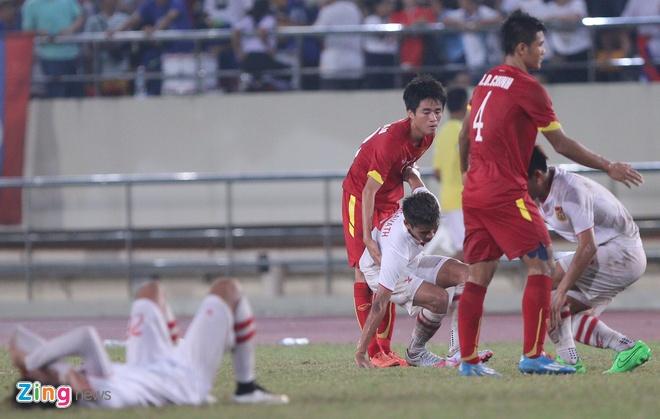 Khan gia Lao co vu hanh dong dep cua U19 Viet Nam hinh anh 3