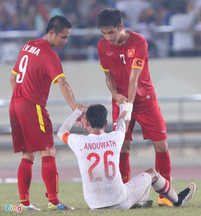 Đội trưởng Trọng Đại và Văn Hóa chạy tới kéo đội trưởng U19 Lào đứng dậy.