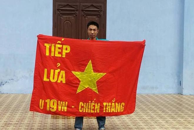 Fan Hai Phong mang phao sang sang Lao co vu U19 Viet Nam hinh anh