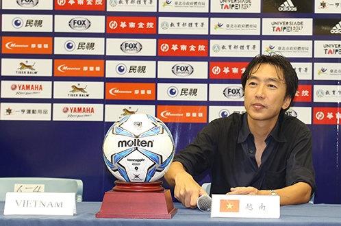 Miura - chuyen gi dang xay ra? hinh anh 1 HLV Miura họp báo sau trận VN thắng Đài Loan 2-1 - Ảnh: Tuấn Văn