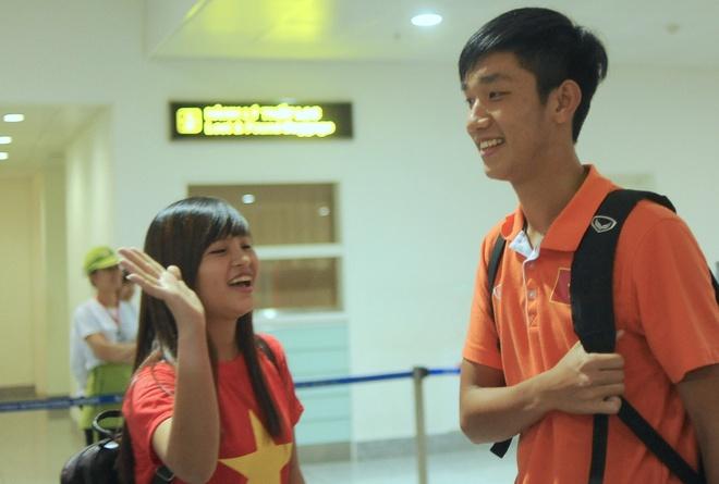 Fan nu ra san bay don U19 Viet Nam ngay tro ve hinh anh