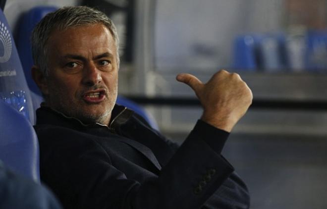 Mourinho xo day fan thieu nien tren duong pho London hinh anh