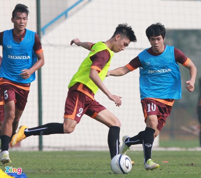 Doi truong U19 bo do buoi tap cung U23 Viet Nam hinh anh 2