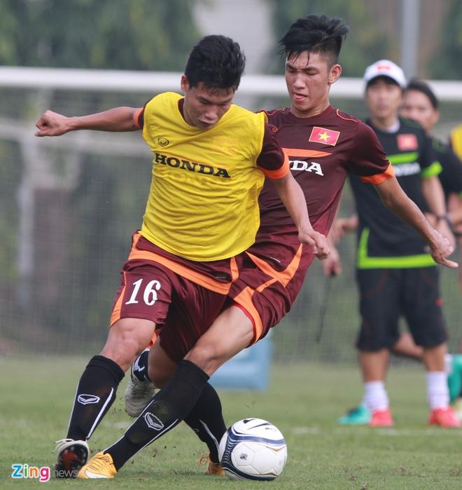 Doi truong U19 bo do buoi tap cung U23 Viet Nam hinh anh 3