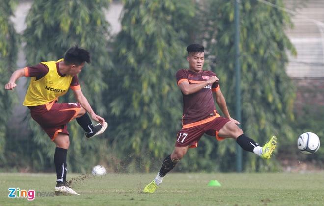Doi truong U19 bo do buoi tap cung U23 Viet Nam hinh anh 6