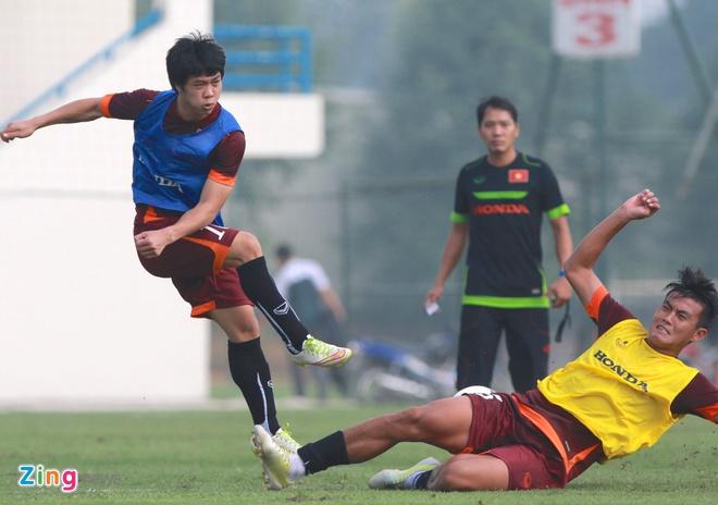 Doi truong U19 bo do buoi tap cung U23 Viet Nam hinh anh 7
