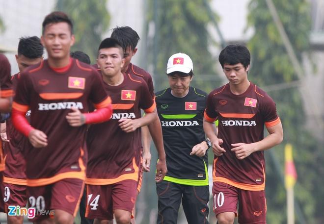 Doi truong U19 bo do buoi tap cung U23 Viet Nam hinh anh 8