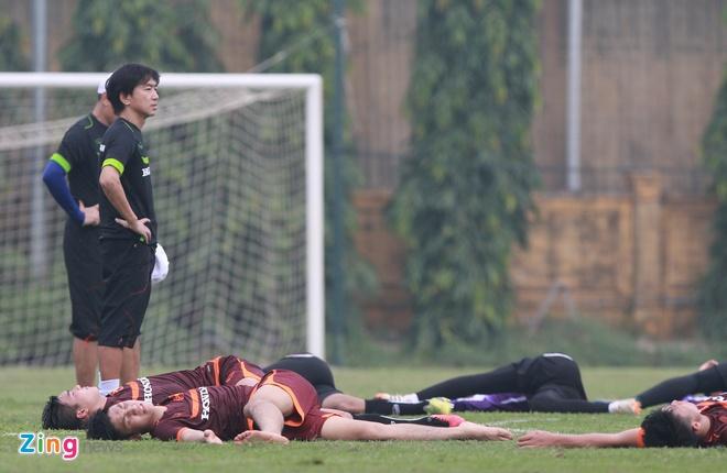 Doi truong U19 bo do buoi tap cung U23 Viet Nam hinh anh 9