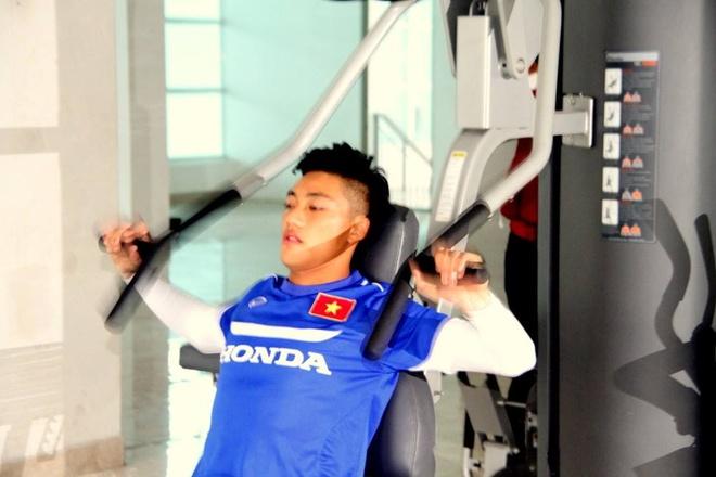 U23 Viet Nam ren the luc tai phong gym trong ngay mua ret hinh anh
