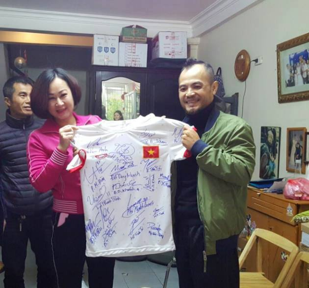 'Cay keo' cua U23 VN tang nhac si Tran Lap chiec ao y nghia hinh anh 1