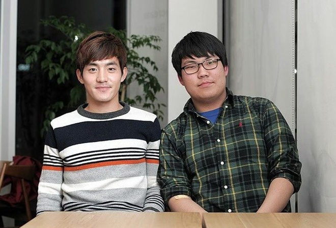 Phong vien Han: 'Xuan Truong co co hoi da chinh o K.League' hinh anh 1 Seung-Min Woo (đeo kính) bên cạnh 1 cầu thủ Incheon United.