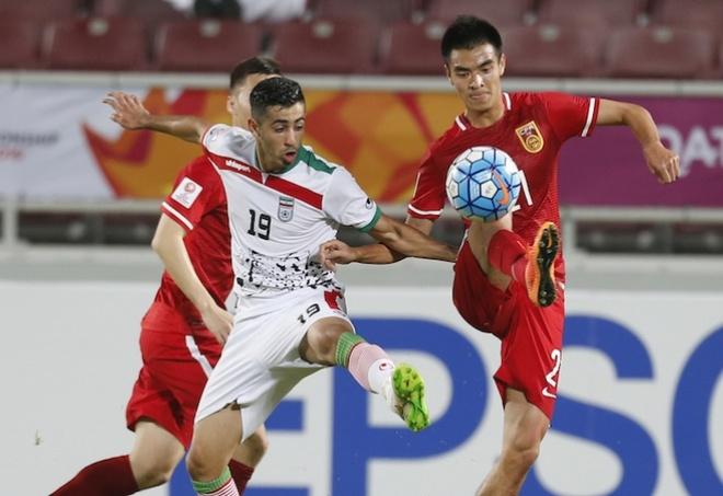 Cau thu U23 Trung Quoc guc nga truoc U23 Iran o tran dau cuoi vong bang hinh anh