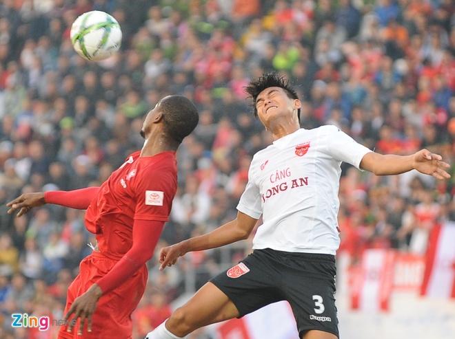 Khoanh khac cau thu Hai Phong an mung ngay dan dau V.League hinh anh 7