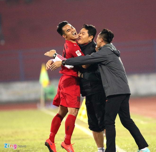 Khoanh khac cau thu Hai Phong an mung ngay dan dau V.League hinh anh 1