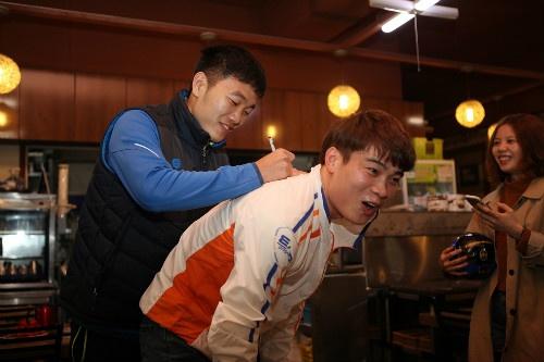 Xuan Truong ky tang fan Han Quoc o le ra quan mua giai moi hinh anh 2