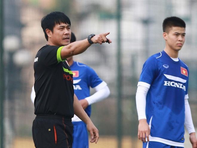HLV Huu Thang loai 5 cau thu truoc tran gap Dai Loan hinh anh