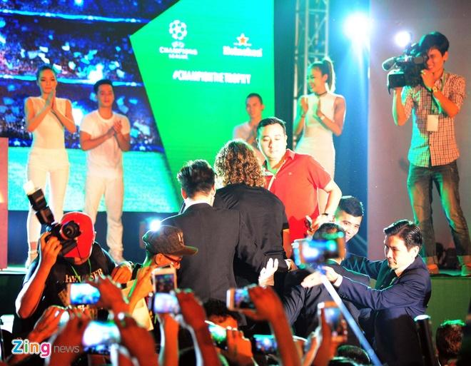 Puyol ngac nhien vi fan Ha Noi cuong nhiet don Cup C1 hinh anh 2
