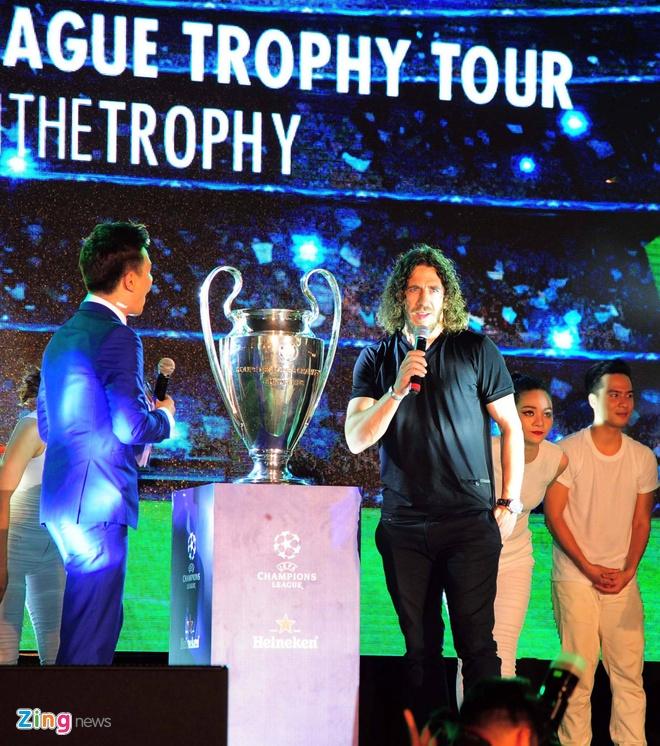 Puyol ngac nhien vi fan Ha Noi cuong nhiet don Cup C1 hinh anh 5