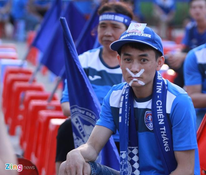 CDV Quang Ninh deo khau trang co vu V.League hinh anh 2