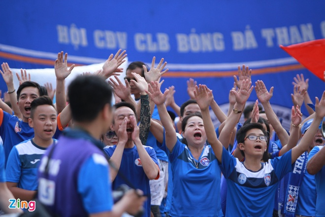 CDV Quang Ninh deo khau trang co vu V.League hinh anh 1