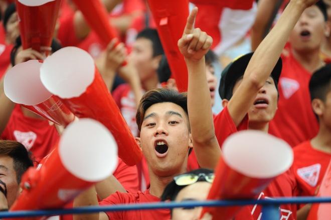 CDV Hai Phong dung loa giay va phao sang co vu V.League hinh anh