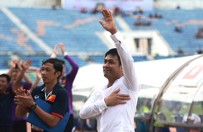 HLV Huu Thang dat tay len trai tim cam on CDV Viet o Myanmar hinh anh