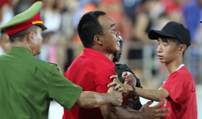 CDV Hai Phong lao xuong san doi 'an thua' voi trong tai hinh anh
