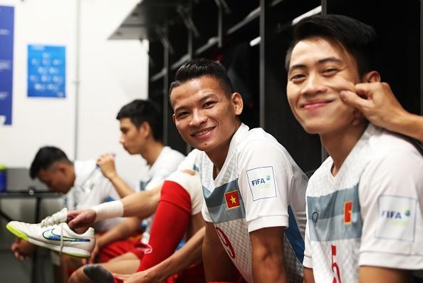 Tuyen futsal Viet Nam an mung trong phong thay do hinh anh