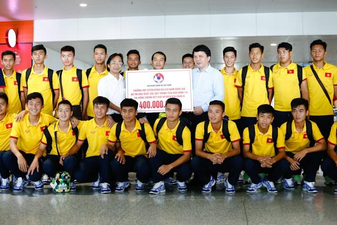 VFF thuong U16 Viet Nam 400 trieu ngay tai san bay Noi Bai hinh anh 1