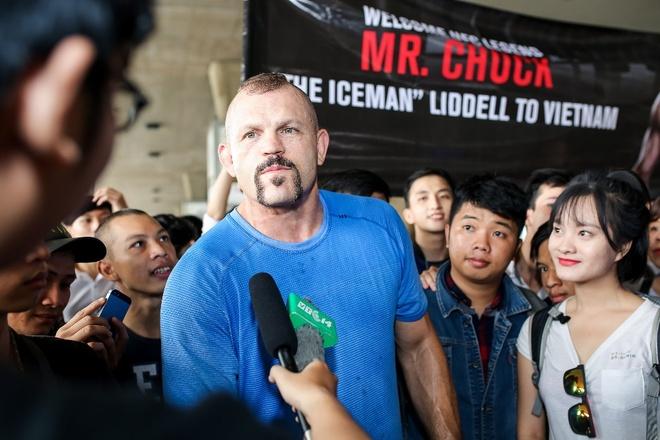 Hoa khoi ao dai 2016 don huyen thoai UFC Chuck den Viet Nam hinh anh 1
