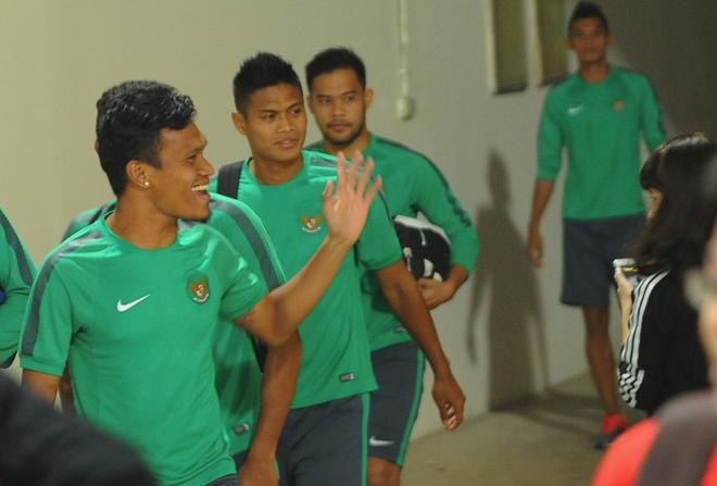 Tuyen thu Indonesia dua cot voi fan nu Viet Nam hinh anh