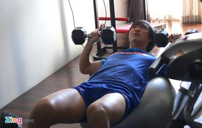 Tuan Anh giam minh trong phong gym tap hoi phuc hinh anh 1