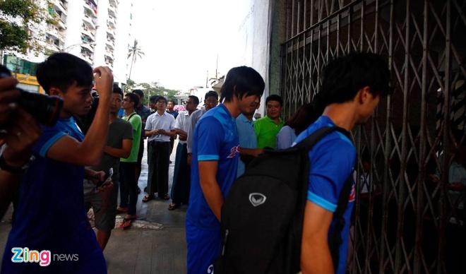 CDV Myanmar khong de y den tuyen VN khi xep hang mua ve hinh anh 4