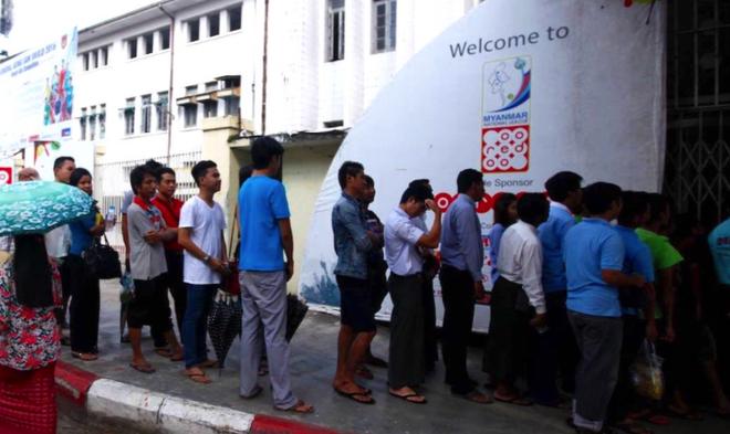 CDV Myanmar khong de y den tuyen VN khi xep hang mua ve hinh anh