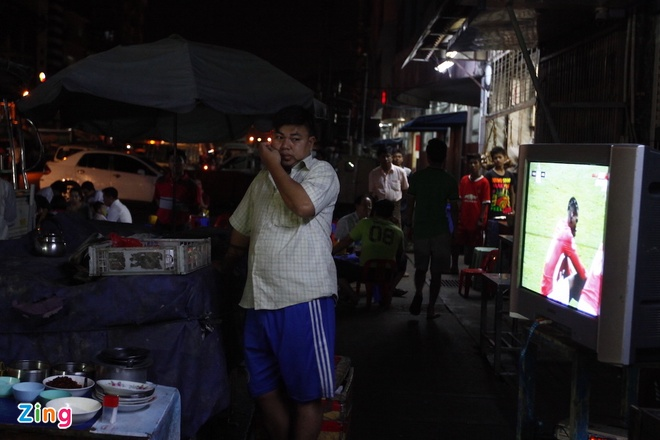 Nguoi Myanmar xem MU vs Arsenal ben chiec tivi cu hinh anh 1