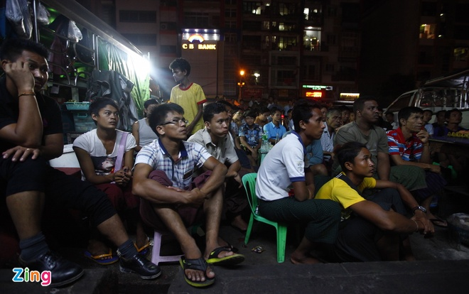Nguoi Myanmar xem MU vs Arsenal ben chiec tivi cu hinh anh 3