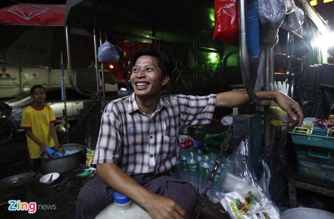 Nguoi Myanmar xem MU vs Arsenal ben chiec tivi cu hinh anh 4