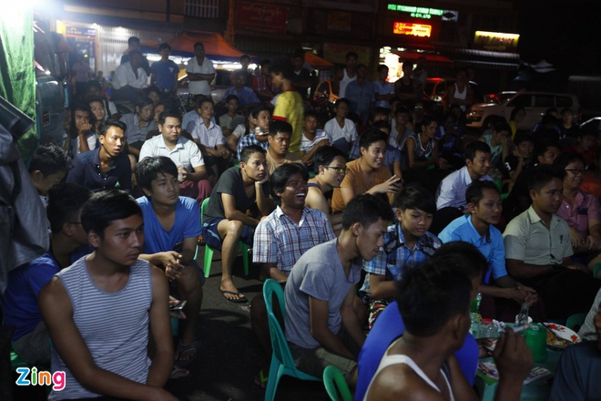 Nguoi Myanmar xem MU vs Arsenal ben chiec tivi cu hinh anh 5