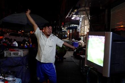 Nguoi Myanmar xem MU vs Arsenal ben chiec tivi cu hinh anh