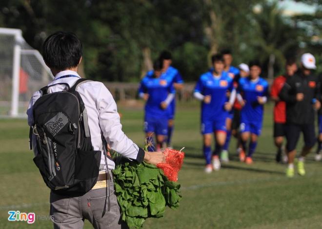 Cong Vinh chi tien mua rau xanh cho tuyen Viet Nam hinh anh 1
