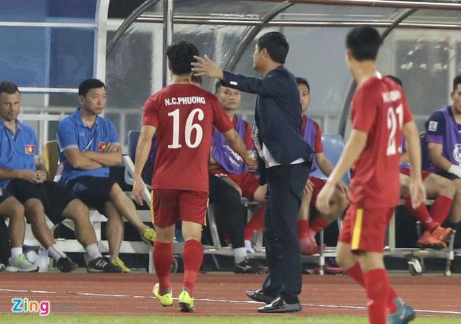 HLV Huu Thang: 'Cong Phuong vui ve chap nhan roi san' hinh anh 1