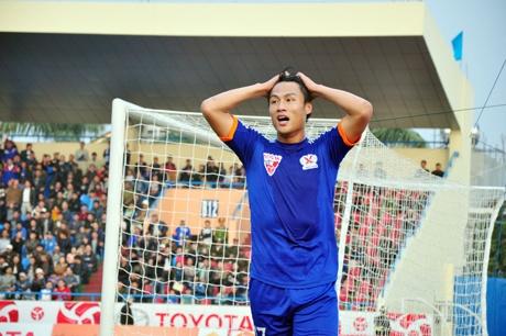 Mac Hong Quan nhan the do, Quang Ninh thua nguoc o Singapore hinh anh