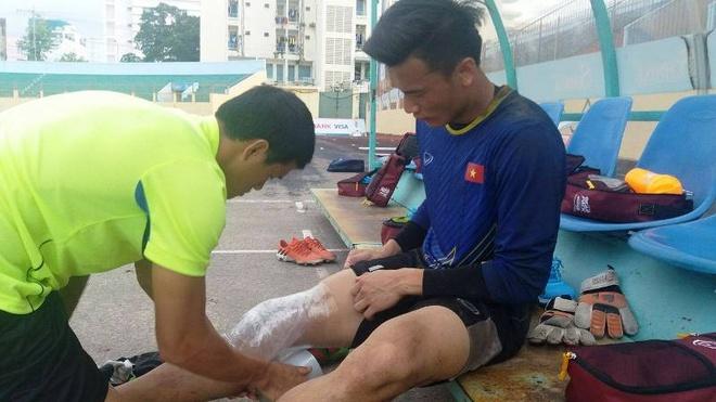 Tien Dung chan thuong, U20 Viet Nam doi dien kho khan chong chat hinh anh