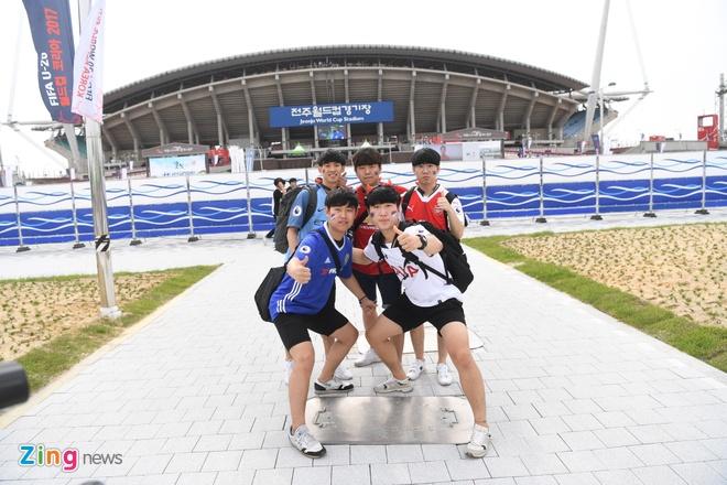 Nguoi Han Quoc dung leu, cam trai cho co vu U20 World Cup hinh anh 4