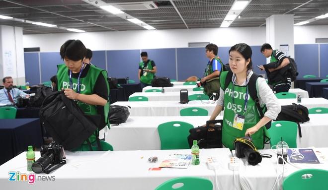 Nguoi Han Quoc dung leu, cam trai cho co vu U20 World Cup hinh anh 7