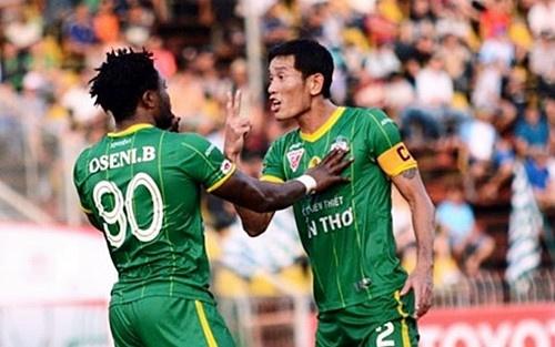 Pha bong phi the thao cua Tran Chi Cong voi tien ve U20 Viet Nam hinh anh