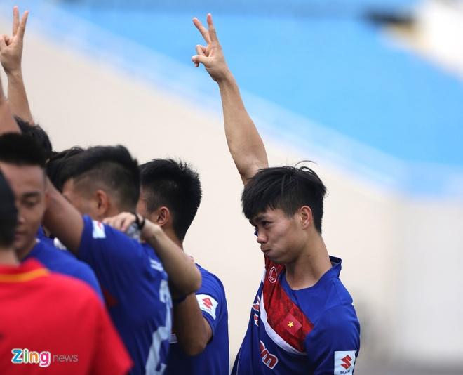 Fan nu tran xuong san tang hoa Van Toan truoc tran gap doi K.League hinh anh 3