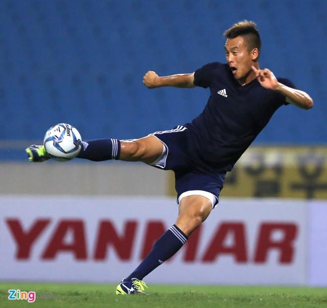 Fan nu tran xuong san tang hoa Van Toan truoc tran gap doi K.League hinh anh 8