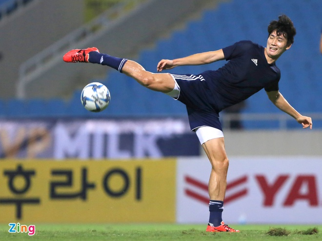 Fan nu tran xuong san tang hoa Van Toan truoc tran gap doi K.League hinh anh 9